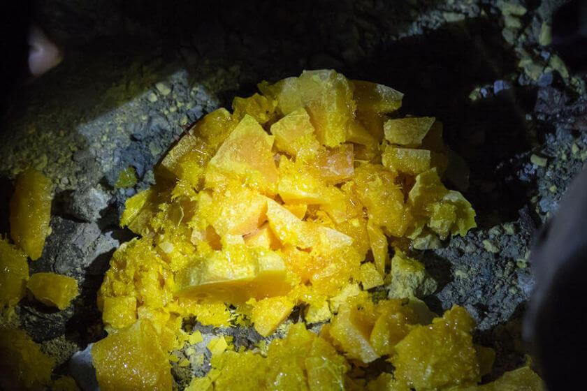 O enxofre possui coloração amarelada.