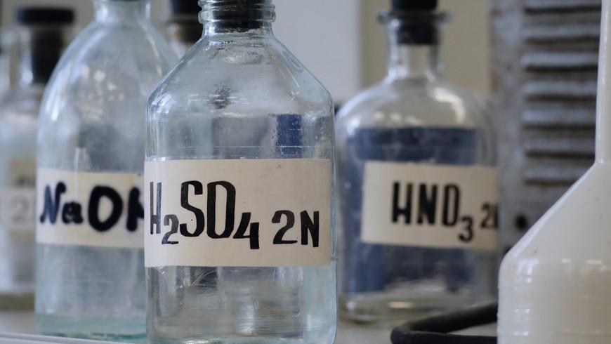 O ácido sulfúrico é um ácido mineral formado pelos elementos enxofre, hidrogênio e oxigênio.