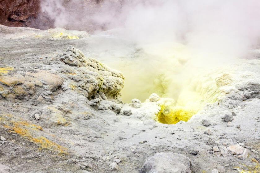 A emissão de enxofre no meio ambiente dá-se principalmente pelas atividades vulcânicas.