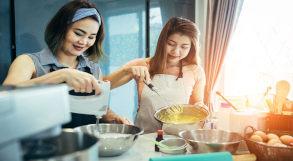 Mãe e filha fazem bolo