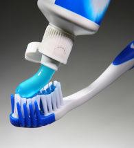 Creme dental na escova de dente