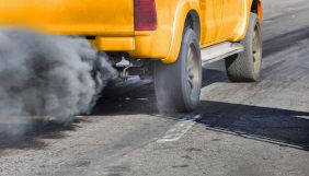 Fumaça saindo do escapamento de carro