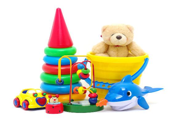 Brinquedos coloridos de plástico em fundo branco