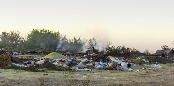 A queima de materiais feitos de plástico PVC libera benzeno, ao entrar em combustão, produzindo uma fumaça tóxica.