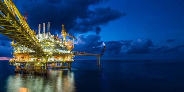 Plataforma de extração e tratamento primário do petróleo, uma das maiores fontes de hidrocarbonetos.