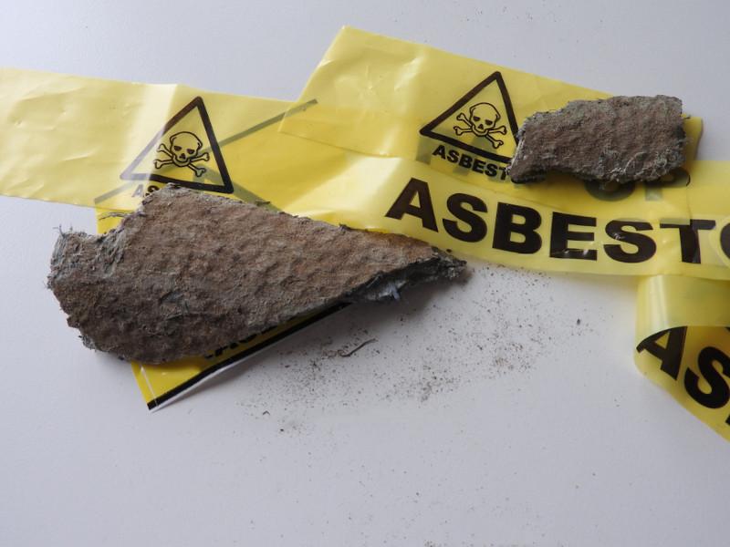 O descarte de materiais fabricados com asbestos (amianto) pode oferecer sérios riscos à saúde.