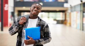 estudante com mochila nas costas segura pasta azul