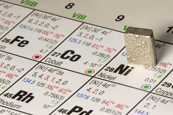 O níquel é um metal de transição de número atômico 28.