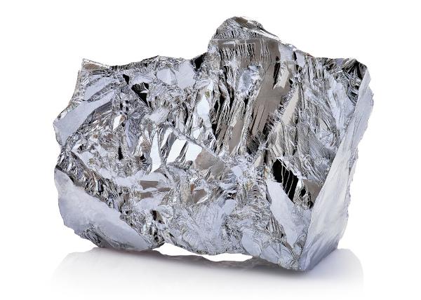 O níquel tem sua aparência branca prateada e é sólido nas condições normais de temperatura e pressão.