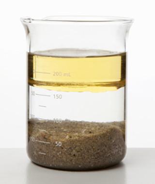 Béquer que mostra o aspecto visual após a adição de água à mistura