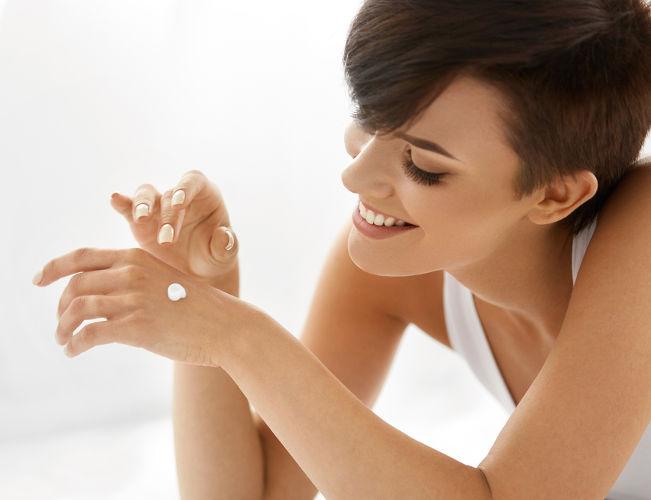 O creme para as mãos é um exemplo de aplicação de sal de amônio quaternário