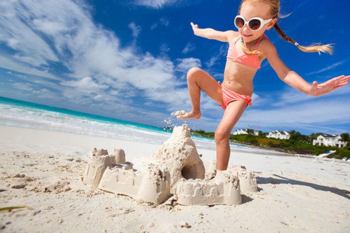 A destruição do castelo seria mais rápida se a garotinha se sentasse sobre ele, utilizando mais partes de seu corpo, e não apenas o pé