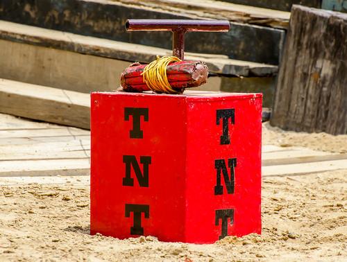 A explosão do TNT é causada por uma fagulha elétrica emitida por um dispositivo conectado a esse composto.