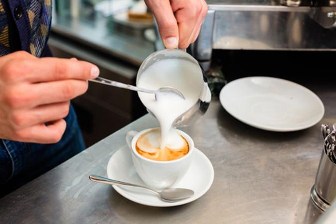 A mistura entre café e leite é um exemplo clássico de mistura de soluções de solutos diferentes sem reação química