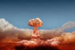A nuvem de poeira que se forma com a explosão da bomba atômica tem o formato de um cogumelo