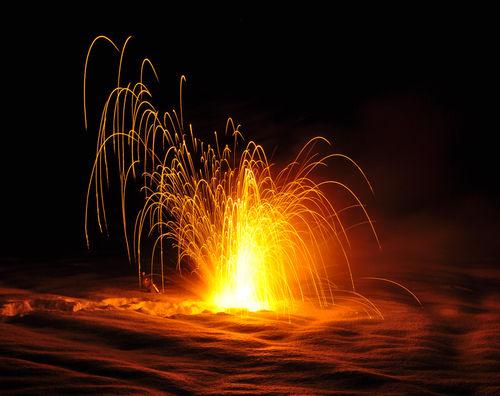 A queima do metal sódio é um exemplo de uma reação química que se processa de forma muito rápida