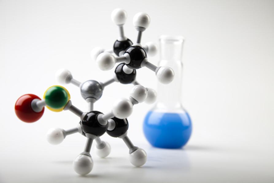 A Química Orgânica estuda os compostos formados principalmente pelo carbono (simbolizado pelas bolas pretas na molécula acima)