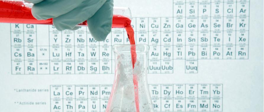 Adição de produtos químicos em um erlenmeyer para a produção de uma reação química