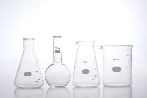 Algumas vidrarias indispensáveis em um laboratório são o béquer, o erlenmeyer e o balão de fundo chato mostrados acima.