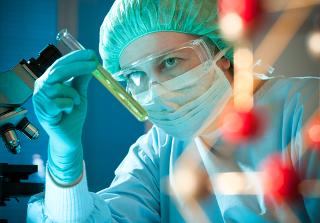 Amostras de substâncias desconhecidas são enviadas para laboratórios onde são feitas análises para descobrir sua composição percentual em massa