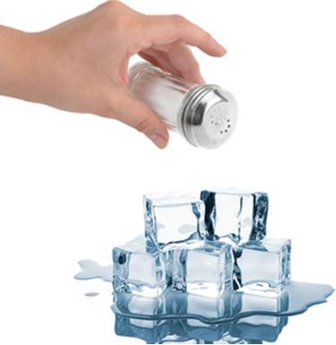 Ao jogar sal no gelo, ele passa a derreter porque ocorre diminuição de sua temperatura de fusão