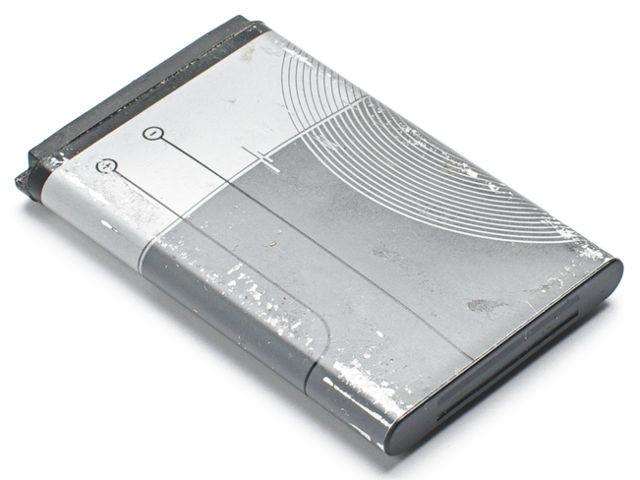 As baterias de celular apresentam na sua composição o metal alcalino de menor densidade, isto é, o Lítio