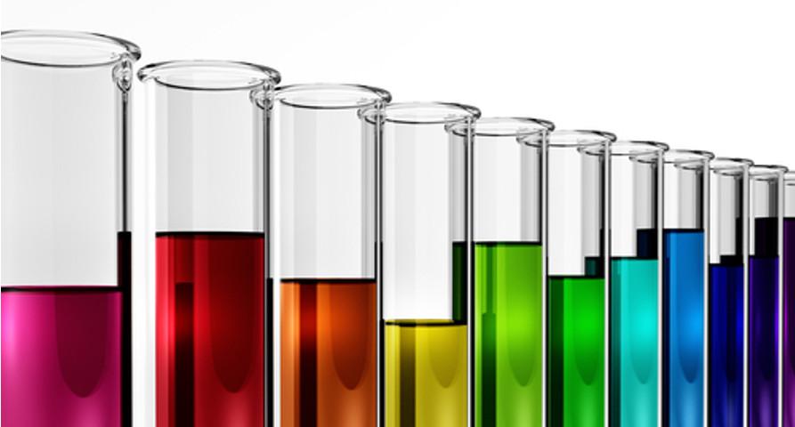 As diferentes cores que as soluções químicas podem adquirir estão relacionadas com os íons presentes no meio