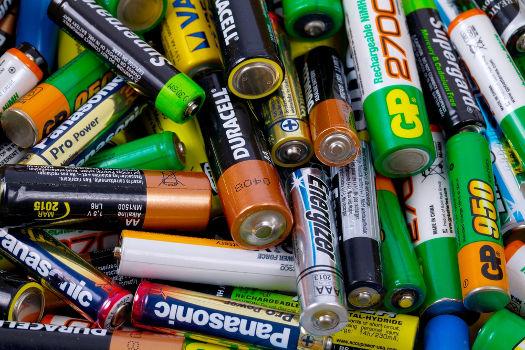 As pilhas são dispositivos muito utilizados no dia a dia *