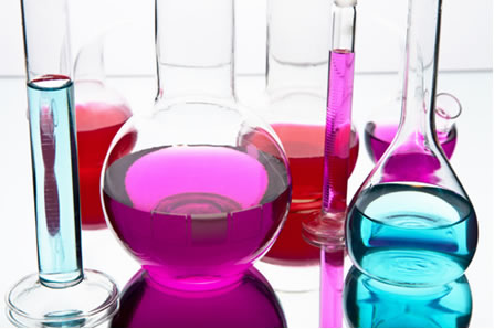 As soluções químicas usadas em laboratório são geralmente formadas pela dissolução de um sólido num líquido
