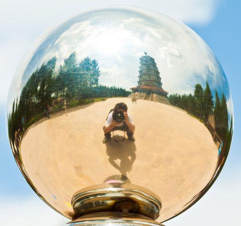 Bola de prata sendo utilizada como um espelho
