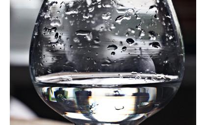 Certas propriedades da água, tais como a pressão de vapor e os pontos de ebulição e fusão, variam quando se adiciona um soluto não volátil a ela