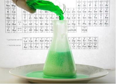 Cientista adiciona produtos inorgânicos em um erlenmeyer para uma reação química