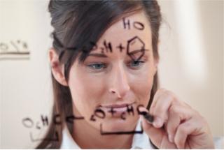 Cientista realizando o balanceamento de equações