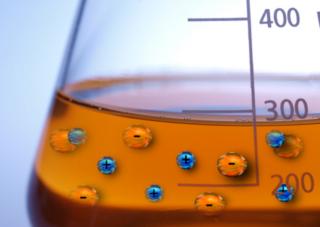 Como o próprio nome diz, no fenômeno da ionização há a formação de íons (espécies químicas carregadas eletricamente)