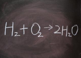Equação química que representa a reação de formação da água