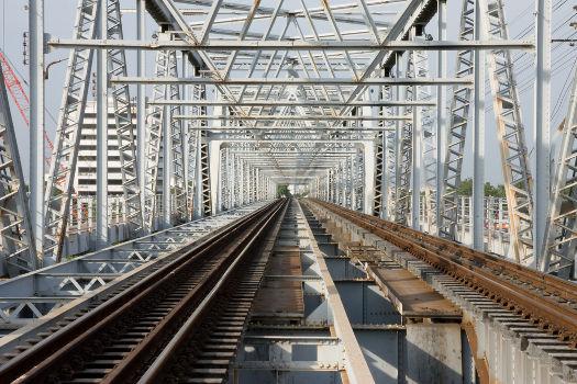 Essa ponte e os trilhos são exemplos de uso de metal como matéria-prima