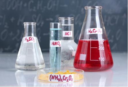 Exemplos de ácidos (da esquerda para a direita: ácido sulfuroso, ácido nitroso, ácido clorídrico e ácido crômico) e um sal na frente