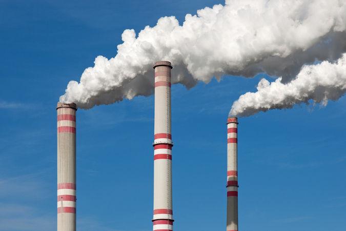 Fumaça de uma chaminé industrial difundindo-se no ar