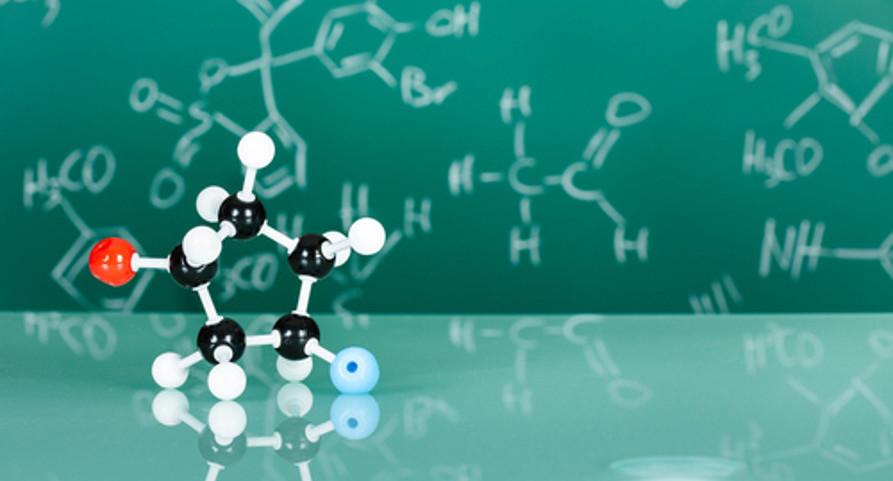 Modelo de molécula com halogênios (F, Br, Cl ou I) ligados ao ciclo. Esse é um exemplo de haleto orgânico — uma função orgânica menos popular