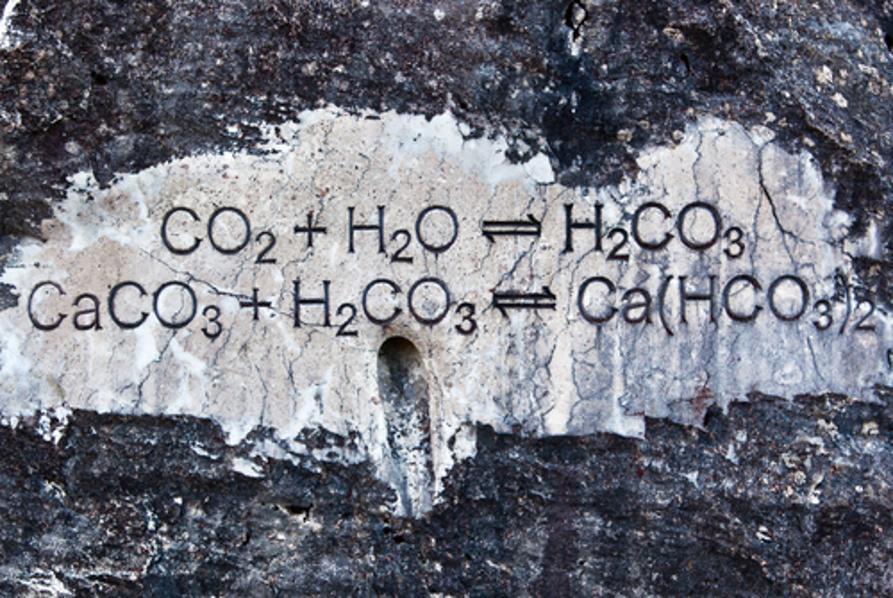 Na imagem temos equações que representam reações que atingiram o equilíbrio químico