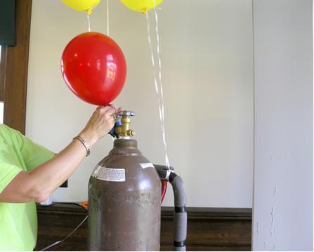 O aumento do volume de uma bexiga pode ser explicado se considerarmos que as partículas dos gases estão constantemente em movimento