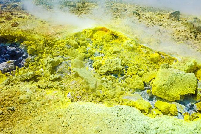 O elemento químico enxofre é um calcogênio muito utilizado nas indústrias