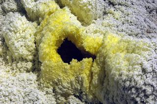 O enxofre é encontrado principalmente em regiões vulcânicas