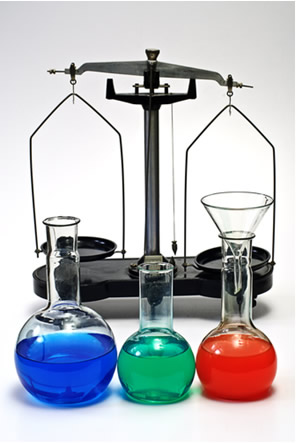 O equilíbrio em uma balança de pratos é estático; por outro lado, o equilíbrio químico das reações é dinâmico