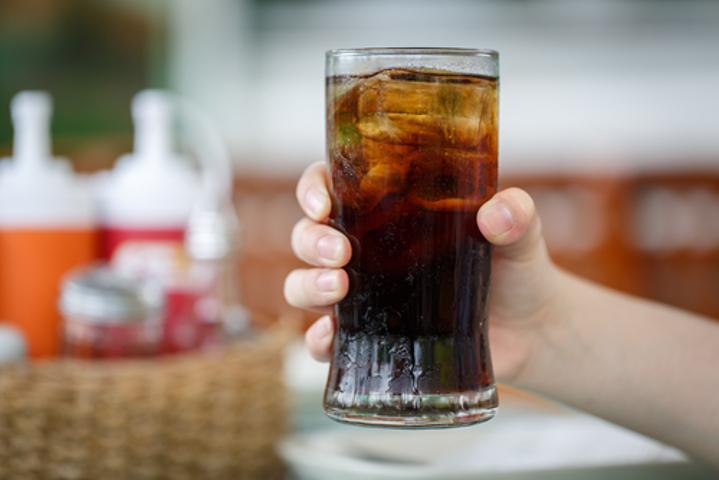 O refrigerante de cola é um exemplo de produto que contém ácido ortofosfórico