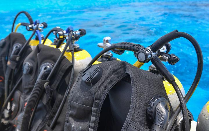 Os cilindros para mergulhadores possuem o gás nobre hélio misturado ao gás oxigênio