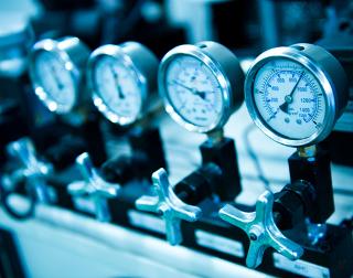 Os manômetros acima medem diferentes pressões de vapor