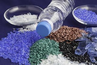 Os polímeros de condensação são plásticos (como o PET da garrafa acima) e fibras sintéticas muito utilizados no cotidiano