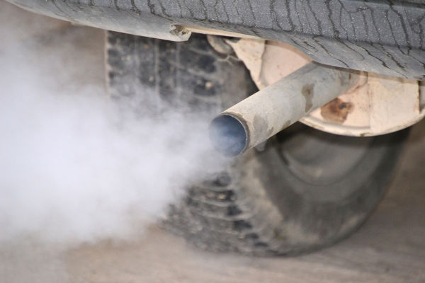 Os veículos ajudam a aumentar o teor de dióxido de carbono no meio ambiente