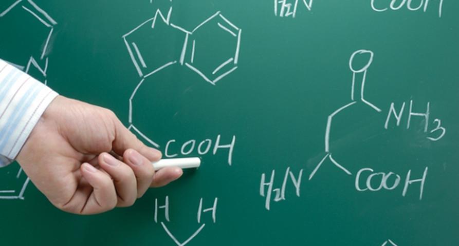 Professor indicando grupo funcional de ácidos carboxílicos, uma das funções orgânicas